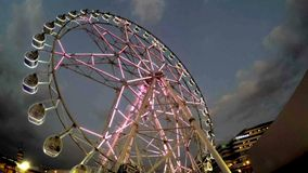 Pariserhjul i rörelse på nöjesfältet på natten lager videofilmer