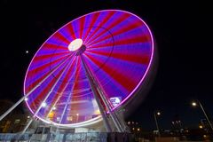 Pariserhjul med kulöra ljus i zon för hamn för `-Porto Antico ` i Genua, Italien arkivbild