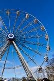 Pariserhjul mot den blåa himlen royaltyfri foto