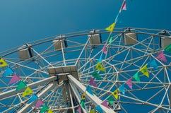 Pariserhjul och färgrika flaggor i nöjesfältet mot th arkivfoton
