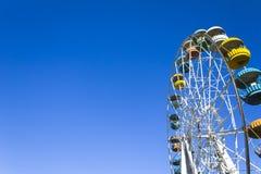 Pariserhjul på bakgrunden av klar blå himmel Arkivfoto