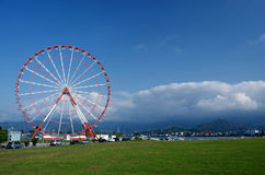 Pariserhjul på den Batumi sjösidan med Kaukasus berg, Georgia Royaltyfri Fotografi