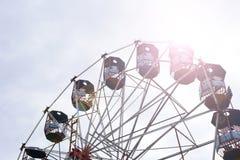 Pariserhjul på den lokala mässan i Indien med solsignalljuset Royaltyfria Foton
