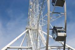 Pariserhjul på bakgrunden av blå himmel Arkivfoto