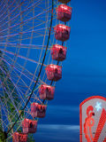 Pariserhjul som är upplyst på natten i den april mässan av Seville Royaltyfri Fotografi