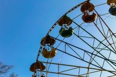 Pariserhjulen i en stad parkerar Arkivbild
