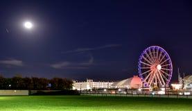 Pariserhjulnöjesfält på natten Royaltyfri Bild