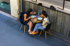 Parisians享受食物和饮料在咖啡馆 免版税库存图片