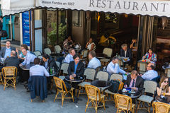 Parisians和游人享受食物和饮料在咖啡馆 图库摄影