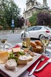 Parisians и туристы наслаждаются едой и пить в кафе в Париже, Франции стоковое изображение