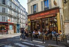 Parisians appréciant des boissons de jour d'été image stock