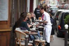 Parisians e o turista apreciam comem e bebidas dentro imagens de stock royalty free