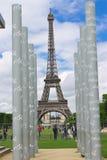 Parisians et touristes sur la pelouse Champs de Mars Photographie stock