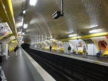 Parisienne au fond Photographie stock libre de droits