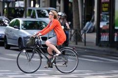 Parisisk dam på cykeln Arkivbild