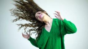 Parisisk flicka i vinterkläder Modeblick och skönhetbegrepp Flicka med lockigt hår på frisören på den vita väggen stock video