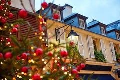 Parisisk gata som dekoreras för jul Arkivfoto