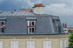 Parisisk taklägenhet med den grå färger belade med tegel fasaden Royaltyfri Fotografi