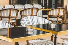 Parisisk terrass med tabeller, stolar och askfat Royaltyfri Bild