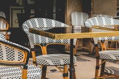 Parisisk terrass med tabeller, stolar och askfat Fotografering för Bildbyråer
