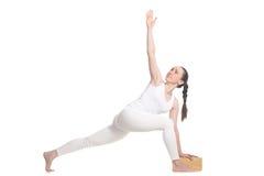 Parivrtta Parsvakonasana para el estudiante de la yoga que comienza Fotografía de archivo libre de regalías