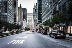 Park Avenue på den 51st gatan, i midtownen Manhattan, New York Royaltyfria Bilder