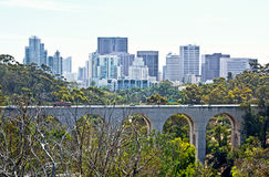 Park-Brücke mit Stadt-Hintergrund Lizenzfreie Stockfotografie
