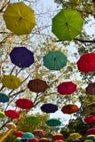 Park dat met paraplu's wordt verfraaid Stock Foto