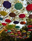Park dekorerade med paraplyer royaltyfri fotografi