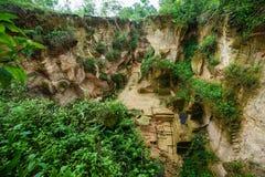 Park der Natur im Freien mit Teichwasser im alten Arbeitsplatz des Kalksteinbergbauhügels an bukit kapur indonesien Lizenzfreies Stockfoto