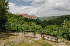 Park in der Stadt von Znojmo, Tschechische Republik Ansicht des Schlosses stockbild