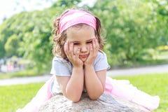 Park des schönes Kindermädchens im Frühjahr Glückliches Kind, das Spaß hat stockfoto