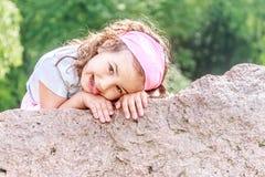 Park des schönes Kindermädchens im Frühjahr Glückliches Kind, das Spaß hat stockfotos