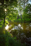 Park des Sees im Frühjahr Stockfotos