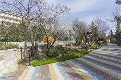 Park des Urlaubshotels im Frühjahr krim Lizenzfreies Stockfoto