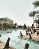 Park dichtbij het strand met mening over bergen Mooi park met zwembad Royalty-vrije Stock Foto's