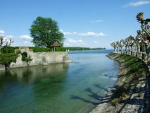 Park durch See Bodensee in der Stadt von Konstanz lizenzfreies stockbild