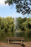 Park. Eine Parkbank zum erholen an einem See Royalty Free Stock Photo