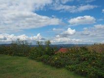 Park en hemel op hoogste heuvel dichtbij elektrische centrale en mijn Royalty-vrije Stock Afbeeldingen