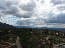 Park en hemel op hoogste heuvel dichtbij elektrische centrale en mijn Royalty-vrije Stock Afbeelding