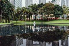 Park en pool onder de tweelingtorens van Petronas in Kuala Lumpur, Maleisië royalty-vrije stock fotografie