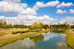 Park en rivier in Minsk, Wit-Rusland royalty-vrije stock foto