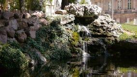 Park en waterval in Rouen, Normandië Frankrijk stock video