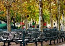 Park, Erholungsgebiet Reihen von Lehnsesseln lizenzfreies stockbild