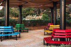 Park färbte Bänke befunden um die Spalte stockbilder