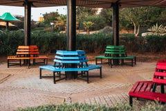 Park färbte Bänke befunden um die Spalte lizenzfreies stockfoto