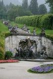 park för slott för kaskadspringbrunnlinderhof arkivbild