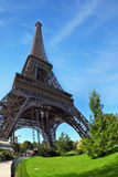 Park am Fuß des Eiffelturms Stockbild