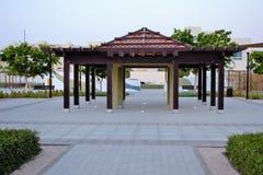 Park Gazebo-Struktur, Bänke stockfotografie
