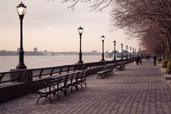Park-Gehweg in Manhattan entlang dem Fluss Stockbilder